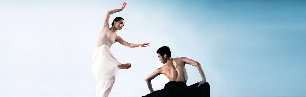 <em>Pine Smoke. </em>Cloud Gate Dance Theatre of Taiwan. Photo by LIU Chen-hsiang